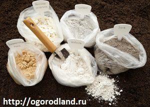 Для раскисления почвы применяют известь,доломитовую муку,золу,мел,яичную скорлупу.
