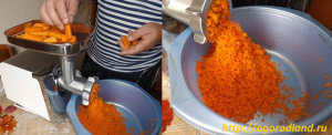 Измельчить свежую морковь.