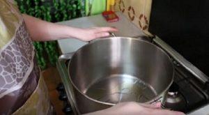 Кастрюлю с толстым дном ставим на плиту, добавляем масло и ждем пока нагреется.