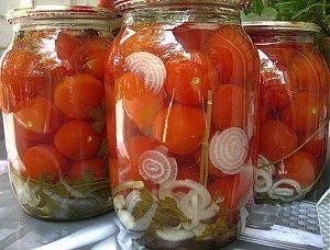 Консервированные кисло-сладкие помидоры с луком.