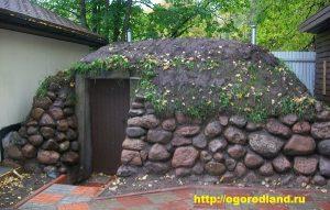 На приусадебных участках обычно строят традиционные погреба из кирпича, бетона, бревен и просто земляные, соорудить которые по силам любому садоводу.