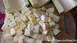 Очищенные кабачки нарезать кубиками.