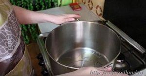 В разогретую кастрюлю с толстым дном налить масло и подождать пока нагреется.