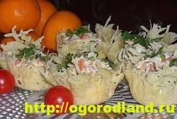 Сырные тарталетки с крабовыми палочками, ананасом и оливками