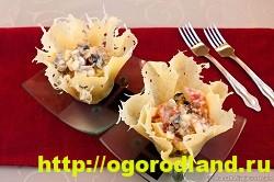 Сырные тарталетки с красной рыбой, рисом, болгарским перцем и свежим огурцом