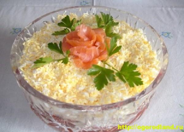 Вкусный салатик с семгой, кальмарами и свежими овощами