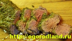 Обмажьте мясо соусом песто и выложите на решетку