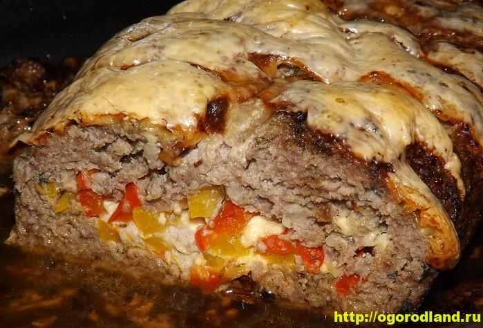 Мясной рулет из фарша с начинкой из болгарского перца и сыра