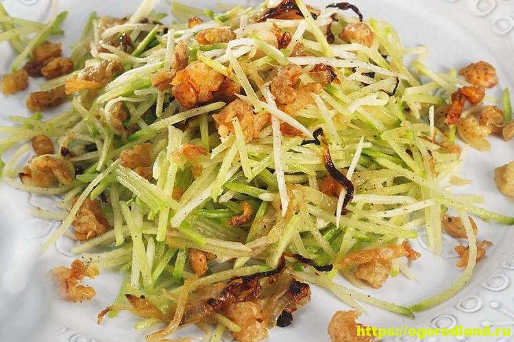 Вкусный и сытный салат с беконом и редькой 1
