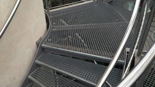 Особенности и преимущества лестниц со ступенями из решетчатого настила
